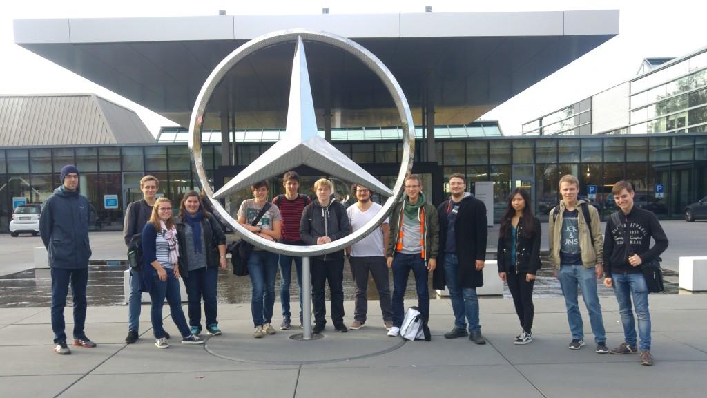 Gruppenbild vor dem Mercedes-Benz Werk in Sindelfingen